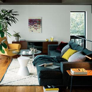 Idee per un soggiorno bohémian con pareti bianche e pavimento in legno massello medio