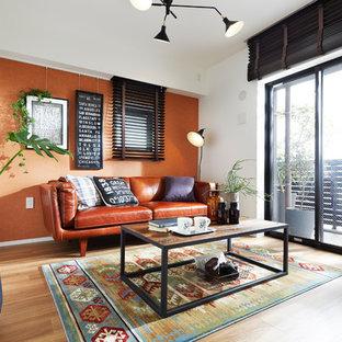 Foto de salón de estilo zen, sin chimenea y televisor, con parades naranjas y suelo de madera en tonos medios