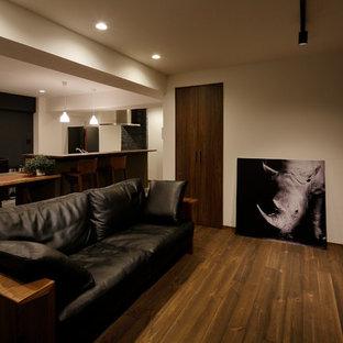 他の地域の中サイズのミッドセンチュリースタイルのおしゃれなLDK (マルチカラーの壁、濃色無垢フローリング、茶色い床) の写真