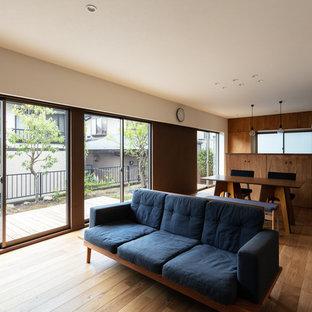 神戸の北欧スタイルのおしゃれなLDK (マルチカラーの壁、無垢フローリング、茶色い床) の写真