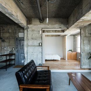 神戸のインダストリアルスタイルのおしゃれなLDK (グレーの壁、コンクリートの床、グレーの床) の写真