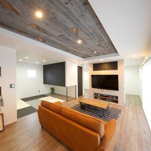 他の地域の中サイズのインダストリアルスタイルのおしゃれなLDK (白い壁、濃色無垢フローリング、壁掛け型テレビ、茶色い床) の写真