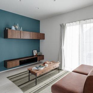 Inspiration för industriella vardagsrum, med gröna väggar, plywoodgolv och beiget golv