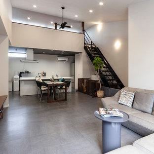 他の地域のモダンスタイルのおしゃれなLDK (白い壁、グレーの床) の写真