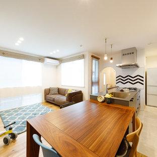 東京都下の中くらいの北欧スタイルのおしゃれなLDK (白い壁、無垢フローリング、据え置き型テレビ、茶色い床、クロスの天井、壁紙) の写真