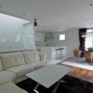 東京23区のモダンスタイルのおしゃれなLDK (白い壁、濃色無垢フローリング、茶色い床) の写真