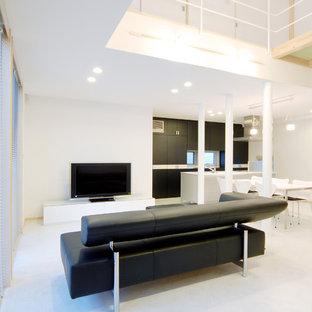 他の地域のコンテンポラリースタイルのおしゃれなリビング (白い壁、据え置き型テレビ、白い床) の写真