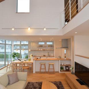 Großes, Offenes Nordisches Wohnzimmer ohne Kamin mit weißer Wandfarbe, hellem Holzboden, freistehendem TV, braunem Boden, Holzdecke und Tapetenwänden in Sonstige