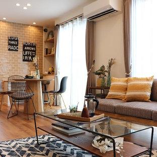 他の地域の北欧スタイルのおしゃれなリビング (白い壁、塗装フローリング、茶色い床) の写真