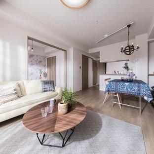他の地域のコンテンポラリースタイルのおしゃれなリビング (ベージュの壁、合板フローリング、暖炉なし、据え置き型テレビ、ベージュの床) の写真