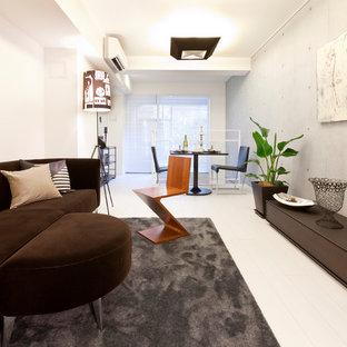 東京23区の小さいコンテンポラリースタイルのおしゃれなリビング (マルチカラーの壁、塗装フローリング、暖炉なし、白い床) の写真