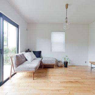 大阪の中くらいのモダンスタイルのおしゃれなLDK (白い壁、無垢フローリング、暖炉なし、茶色い床) の写真
