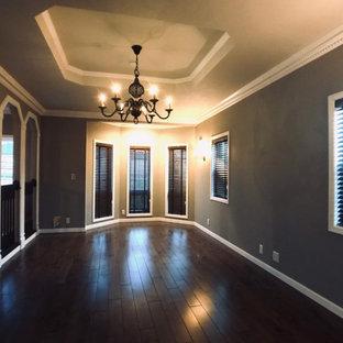 Großes, Repräsentatives, Offenes Shabby-Chic-Style Wohnzimmer ohne Kamin mit grauer Wandfarbe, dunklem Holzboden, freistehendem TV, braunem Boden, Tapetendecke und Tapetenwänden in Sonstige