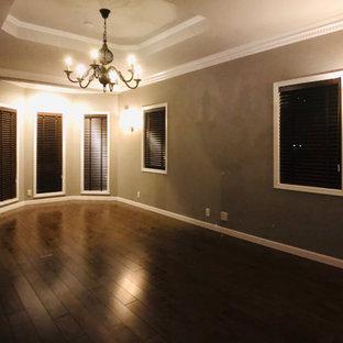 Großes, Repräsentatives, Offenes Shabby-Look Wohnzimmer ohne Kamin mit grauer Wandfarbe, dunklem Holzboden, freistehendem TV, braunem Boden, Tapetendecke und Tapetenwänden in Sonstige