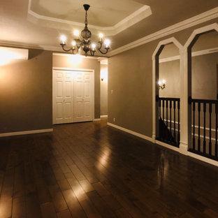 Großes, Repräsentatives, Offenes Shabby-Style Wohnzimmer ohne Kamin mit grauer Wandfarbe, dunklem Holzboden, freistehendem TV, braunem Boden, Tapetendecke und Tapetenwänden in Sonstige