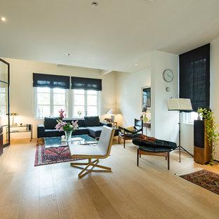 福岡の北欧スタイルのおしゃれなリビング (白い壁、淡色無垢フローリング、壁掛け型テレビ、ベージュの床) の写真