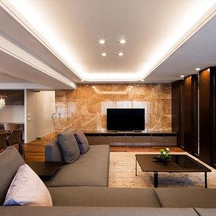モダンスタイルのおしゃれなLDK (フォーマル、マルチカラーの壁、無垢フローリング、暖炉なし、据え置き型テレビ、茶色い床) の写真