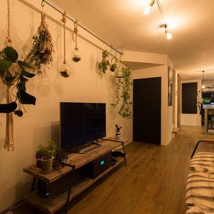 大阪のアジアンスタイルのおしゃれなLDK (白い壁、暖炉なし、据え置き型テレビ、茶色い床、濃色無垢フローリング) の写真