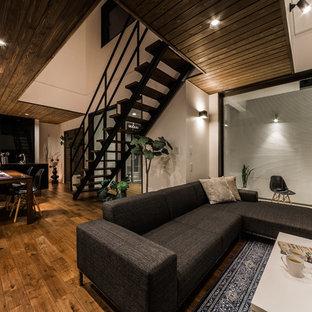 大きいラスティックスタイルのおしゃれなLDK (白い壁、濃色無垢フローリング、茶色い床) の写真