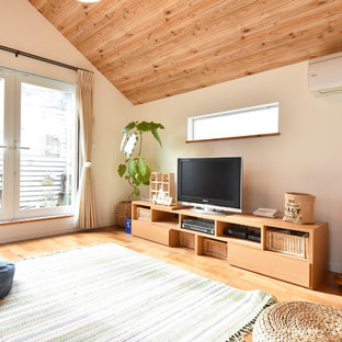東京都下のカントリー風おしゃれなリビング (白い壁、無垢フローリング、据え置き型テレビ、茶色い床) の写真