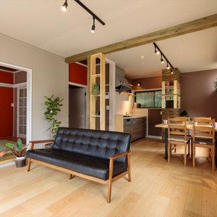 他の地域の中くらいのエクレクティックスタイルのおしゃれなLDK (グレーの壁、合板フローリング、暖炉なし、据え置き型テレビ、ベージュの床) の写真