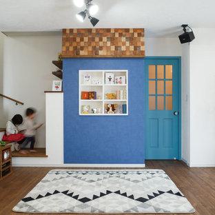 他の地域の北欧スタイルのおしゃれなリビング (マルチカラーの壁、無垢フローリング、据え置き型テレビ、茶色い床) の写真