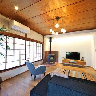 他の地域の和風のリビング・居間の画像 (白い壁、無垢フローリング、据え置き型テレビ、茶色い床)
