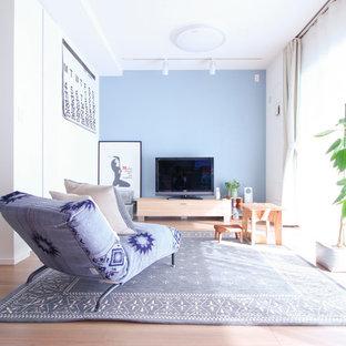 東京23区の北欧スタイルのおしゃれなリビング (マルチカラーの壁、淡色無垢フローリング、据え置き型テレビ、ベージュの床) の写真
