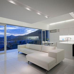 他の地域のモダンスタイルのおしゃれなLDK (白い壁、白い床) の写真