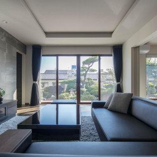 Mittelgroßes, Repräsentatives, Abgetrenntes Modernes Wohnzimmer ohne Kamin mit lila Wandfarbe, Tatami-Boden, Multimediawand und lila Boden in Sonstige