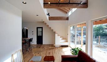 リビングから見る勾配天井と総持たせ階段