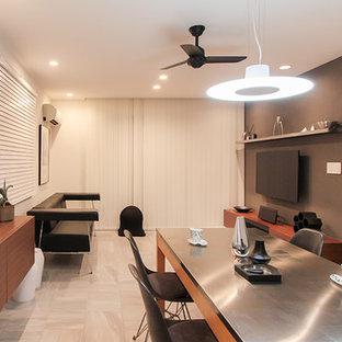 他の地域の大きいコンテンポラリースタイルのおしゃれなLDK (グレーの壁、磁器タイルの床、壁掛け型テレビ、白い床) の写真