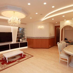横浜のヴィクトリアン調のおしゃれなリビング (白い壁、淡色無垢フローリング、壁掛け型テレビ、ベージュの床) の写真