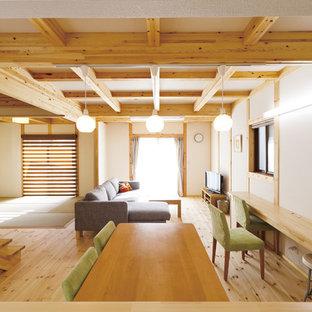 Ejemplo de salón de estilo zen con paredes blancas, suelo de madera clara y suelo marrón