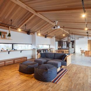 他の地域のコンテンポラリースタイルのおしゃれなLDK (白い壁、無垢フローリング、茶色い床、三角天井) の写真
