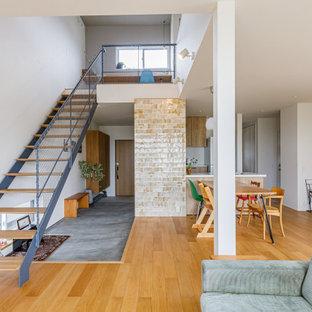 Ispirazione per un soggiorno di medie dimensioni e aperto con pareti bianche, parquet chiaro, nessun camino, TV a parete, pavimento beige, soffitto in carta da parati e carta da parati