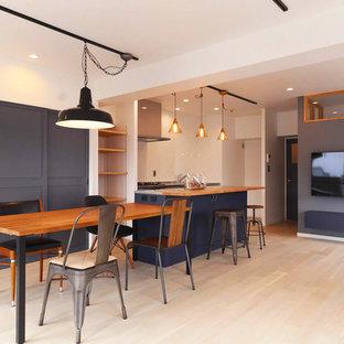 名古屋の大きい北欧スタイルのおしゃれなLDK (フォーマル、青い壁、淡色無垢フローリング、壁掛け型テレビ、白い床) の写真