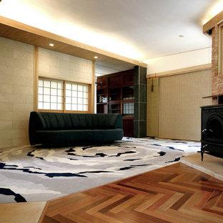 Ejemplo de salón para visitas asiático, extra grande, con paredes blancas, tatami, estufa de leña, marco de chimenea de piedra, televisor independiente y suelo multicolor