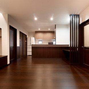Aménagement d'un grand salon moderne ouvert avec une salle de musique, un mur blanc, un sol en contreplaqué, aucune cheminée, un téléviseur indépendant et un sol marron.