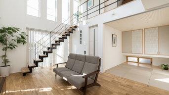 リビング階段のあるゆったりリビングでくつろぐ家