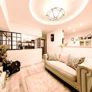 シャビーシック調のおしゃれなLDK (白い壁、塗装フローリング、グレーの床) の写真