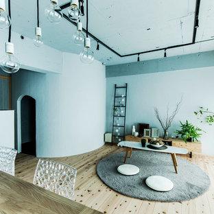 インダストリアルスタイルのおしゃれなリビング (青い壁、無垢フローリング、茶色い床) の写真