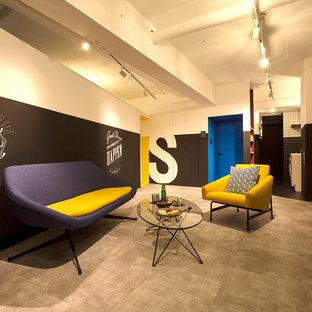 モダンスタイルのおしゃれなリビング (マルチカラーの壁、コンクリートの床、グレーの床) の写真