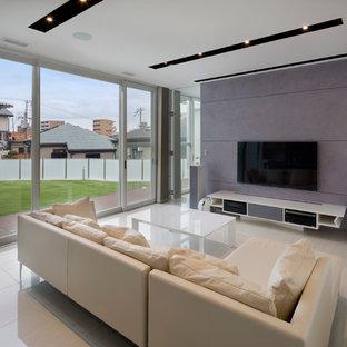 Wohnzimmer mit lila Wandfarbe und Wand-TV in Osaka