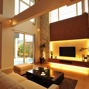 他の地域のコンテンポラリースタイルのおしゃれなLDK (ベージュの壁、淡色無垢フローリング、暖炉なし、壁掛け型テレビ、ベージュの床) の写真