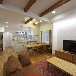 他の地域のカントリー風おしゃれなLDK (白い壁、無垢フローリング、暖炉なし、据え置き型テレビ、茶色い床) の写真