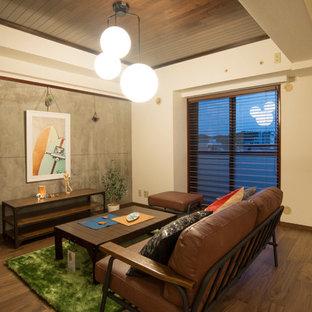 他の地域のインダストリアルスタイルのおしゃれなLDK (マルチカラーの壁、濃色無垢フローリング、茶色い床) の写真
