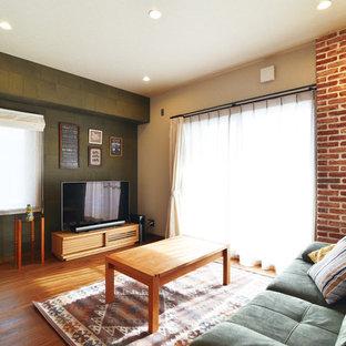 他の地域のコンテンポラリースタイルのおしゃれなリビング (緑の壁、無垢フローリング、据え置き型テレビ、茶色い床) の写真