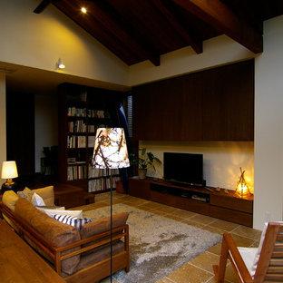 Esempio di un soggiorno minimalista aperto con pareti bianche, pavimento in travertino, stufa a legna, cornice del camino in pietra e pavimento beige