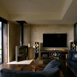 他の地域のモダンスタイルのおしゃれなリビング (ベージュの壁、濃色無垢フローリング、壁掛け型テレビ、茶色い床) の写真